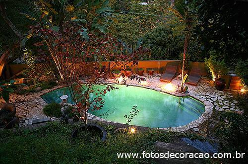 piscina exterior com aspecto natural
